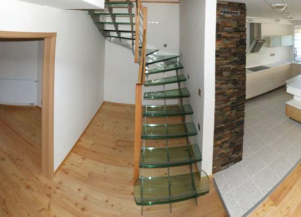Skleněné schodiště s nerezovou konstukcí