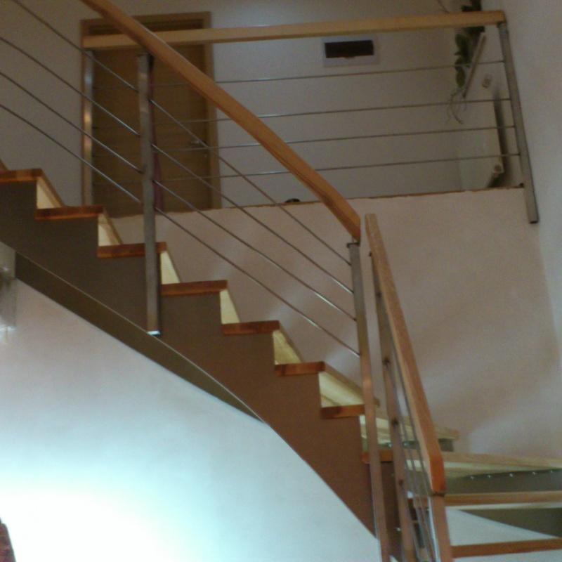 Dřevěné schodiště s nerezovou konstrukcí