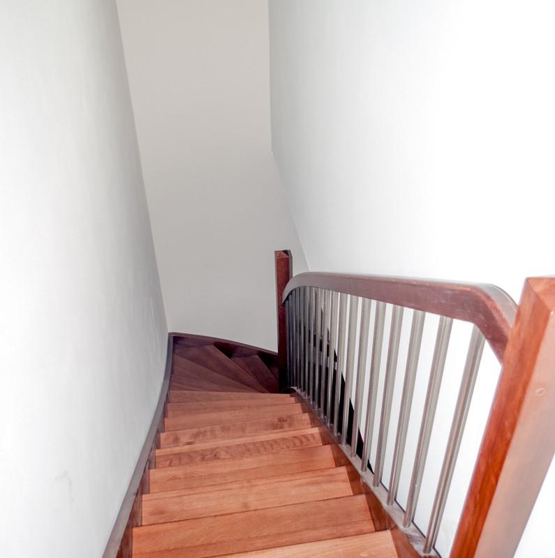 Mořené dřevěné schody