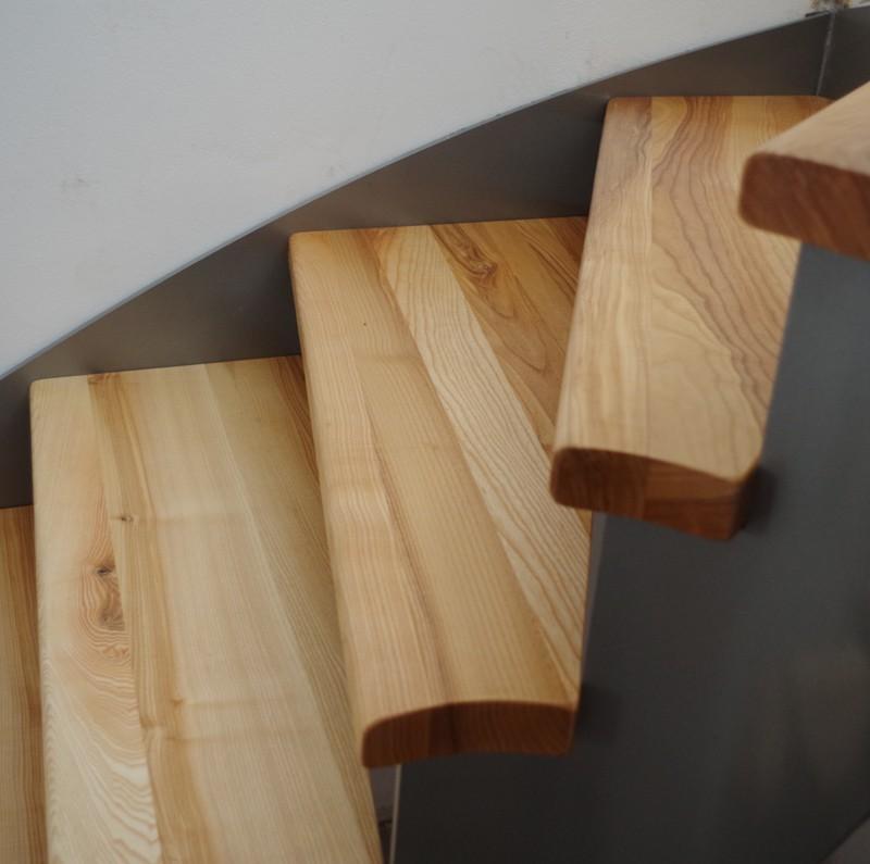 Schodiště - jasanové nášlapy